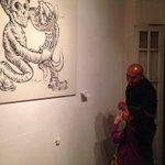 Formación de públicos en @HOLUXgaleria El artista Sadik charla con una pequeñita. #Transitorio #EspaciosEnSincronía http://t.co/MZOYeAoWdo