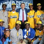 RT @MLB: Commissioner Bud Selig spends time with Mo'ne Davis and the #JRW Little League team during #WorldSeries Game 4. http://t.co/ip5ghHfqTZ