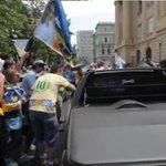 TV Carta: em Belo Horizonte, militantes de Aécio vão às ruas e atacam carros de petistas. Veja http://t.co/dLvFvwa8mg http://t.co/3byUiUf1ni