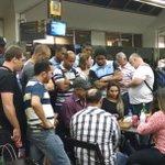 Não é o debate, mas a luta tá dando audiência aqui no aeroporto em Manaus. Olha quem tá na arquibancada http://t.co/p4uwfhIu7a