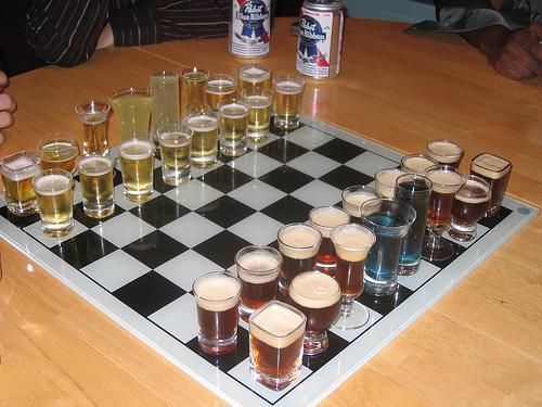 将棋版で、「取ったグラスの酒を飲み干し、拭いて、新たに酒を追加し、持ち駒とする」としたら勝敗決まる前に両者とも潰れそうだ。 http://t.co/CEb7TQ20hW