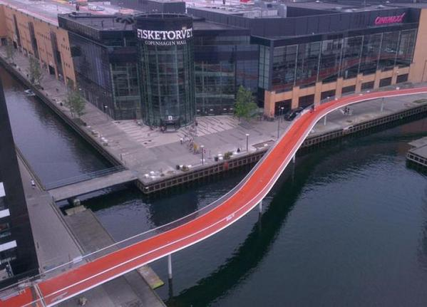With 390 km of designated bike lanes, Copenhagen takes its cycling seriously: http://t.co/dIa1HbjA9C http://t.co/4X2HNrj9uM
