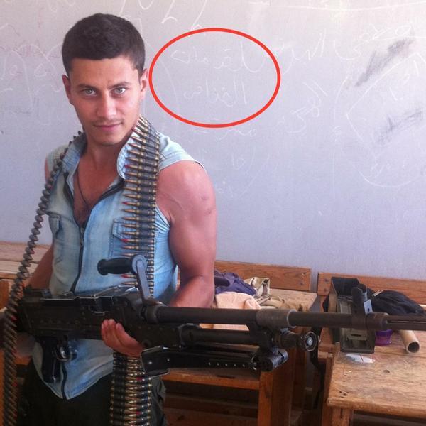 """صورة للمجند كيرولوس المفترض انه استشهد في سينا .. مكتوب وراه """"مات القذافي"""" … القذافي كان بيعمل ايه في سينا؟ http://t.co/XL7pkfBiWY"""