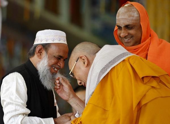历史上的今天:信仰自由 http://t.co/Z9d5DQxH8U @ShareAmerica (图片:AP)西藏精神领袖达赖喇嘛轻捋穆斯林宗教人士穆罕默德•乌斯曼•沙里夫的胡须以示问候,印度教教士站在一旁微笑地注视着他们。 http://t.co/UHadkVYrcN