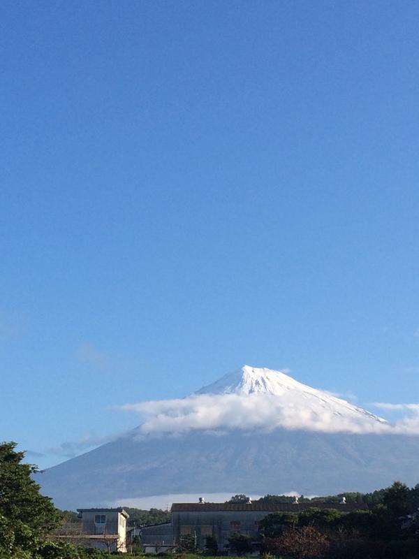土日はあんなに緑だった富士山、今はしろーーーい!!!昨日初冠雪です! http://t.co/aRYNrHv5CD