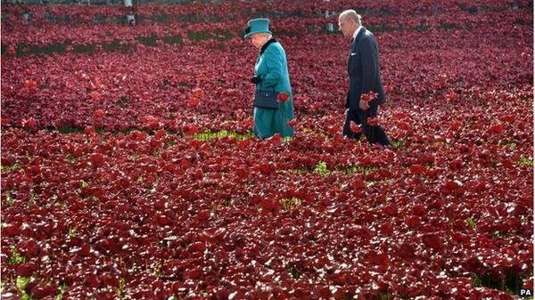 Queen visits Tower of London poppy garden http://t.co/9eqUT1zVHR http://t.co/LVYiS28aNT