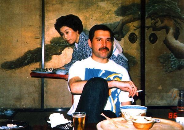 味写に使えそう。 RT @matuda: フレディ・マーキュリーの日本お忍びぶらり旅らしいゆるショット見かけたので貼っとく。京都の料亭かな。後ろお姉さんいいな。 http://t.co/jQ6ngiWUYY
