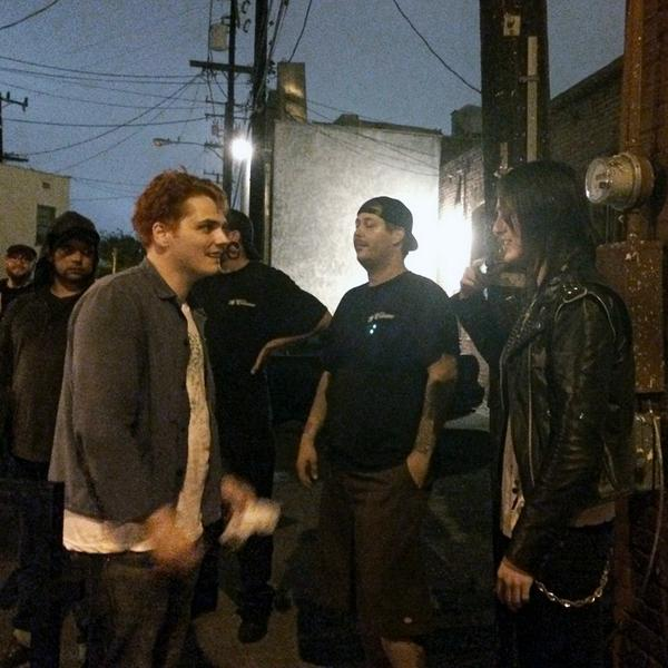 Meeting @gerardway was cool... way cool! Less than hesitant; very friendly. He didn't have to BS w/ me, but he did. http://t.co/WUtuQOxnnU