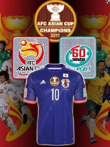 来年のアジアカップで日本代表はこんなワッペン付きのユニホームを着て戦うらしい。すでにシンガポールでは販売開始してます。 http://t.co/AS53FIIHla