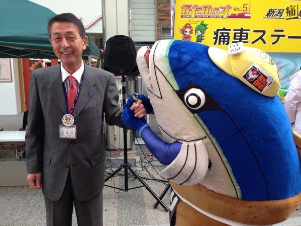 篠田市長が通りかかったっす。ブリカツくんに声をかける市長さん http://t.co/eQxTHRnX4U