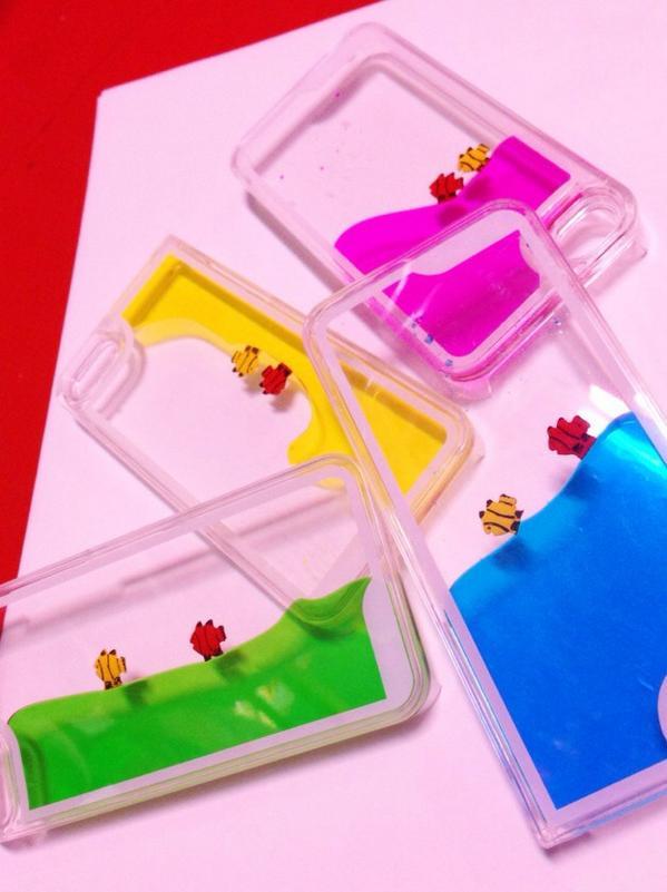 ★すいそうiPhoneケース¥780 お魚二匹が泳ぐ水槽のようなiPhoneケース!(*^^*)色水がゆれてとっても可愛い! iPhone4と5の両タイプがあります。 http://t.co/e7nLKwd2qf