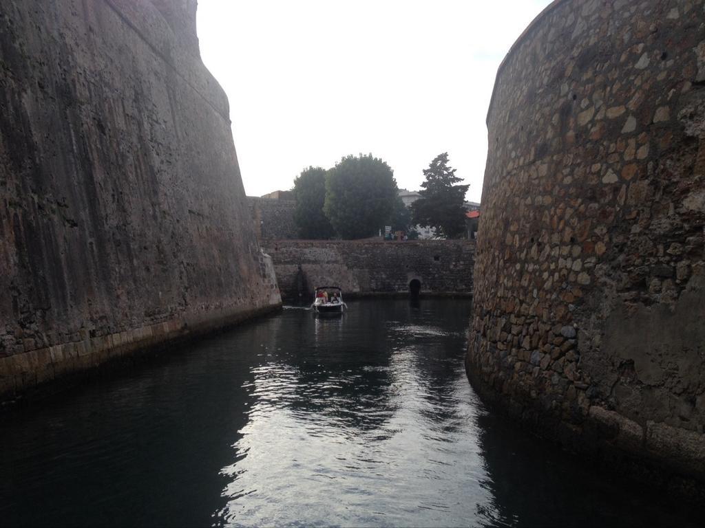Sabias que Ceuta tiene el unico foso navegable del mundo???. Only Ceuta. #BlogTripCeuta http://t.co/5qUe8TMPXD