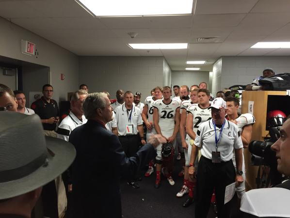 Thanks to President Bush for stopping by the locker room to wish us well. Reminded our guys to study & play hard. http://t.co/IEoAUQdyZ0