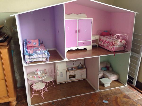 ClaudiaBeatriz (@Clanover): Vendo casa de American Girl completamente amoblada. Y con closet de ropa lleno. Usada pero en buen estado. Por DM http://t.co/E0pILjwlNK