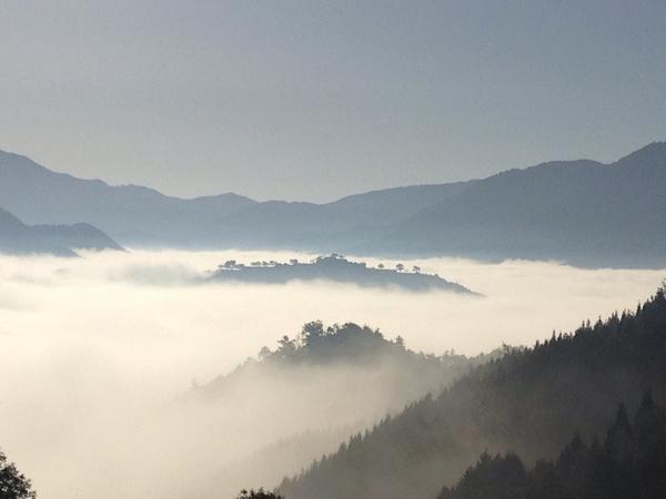 今朝、非常に幸運なことに、雲海の中に浮かびあがる竹田城跡が、見られた。秋から冬の間、朝が寒く、よく晴れた日に、雲海が出るという。まさに天空の城! http://t.co/G5IKXxEKNp