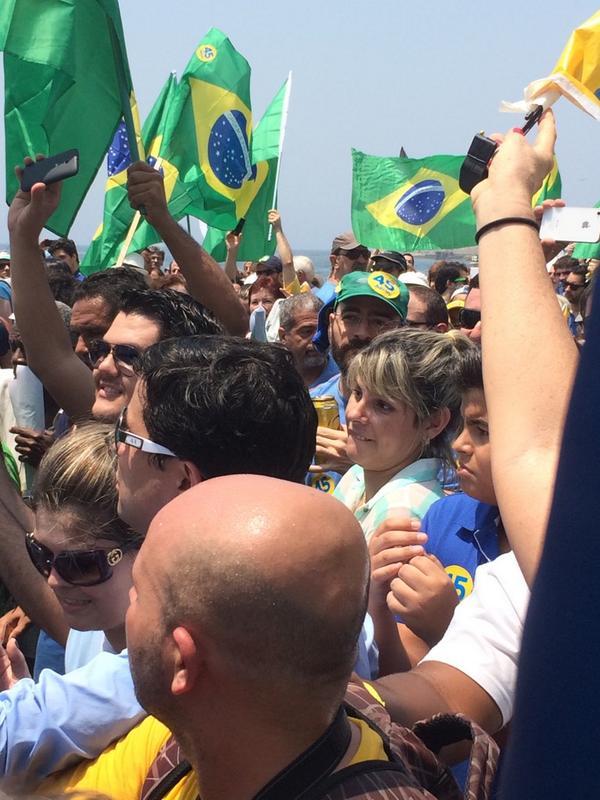 Caminhada com @AecioNeves em Copacabana lotada!!! Sucesso absoluto!! http://t.co/5n6eo3BpPq