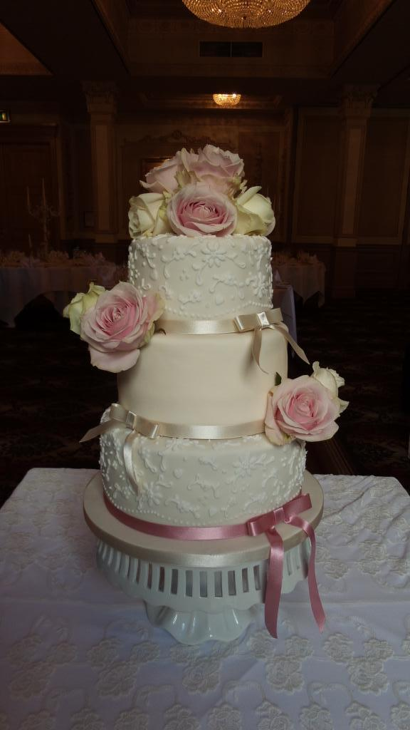 Rose vintage wedding cake x please rt x http://t.co/5pwVrO4b9S