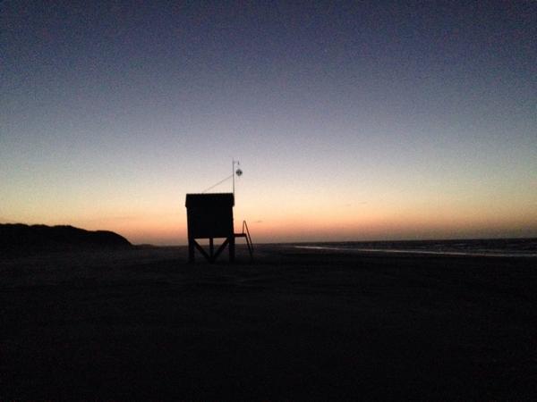Einde werkdag. Rustig op het #strand, ondanks dat je nu weer mag strandrijden. http://t.co/kGEzbqFbcQ
