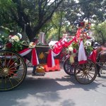 Massa Kerubungi Kereta Kencana Jokowi-JK di Bundaran HI http://t.co/G4UVkaAN1f http://t.co/0u100T7onM