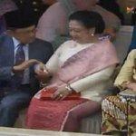 Ketika Mega Balas Tepukan di Pundak dengan Mengelap Keringat Habibie http://t.co/e4WbmFCDIM #IndonesiaBaru http://t.co/L8N4n2sl0v