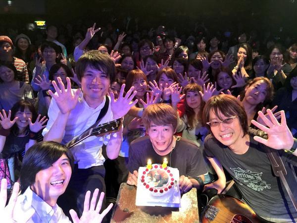 ということで今日はドラムの川西幸一さんの戸籍上の誕生日!みんなでお祝い。おめでとうございますー! #ysk_jp http://t.co/wLfYqoq6VP