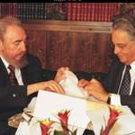 Folha de 1999: FHC recebendo de Fidel uma caixa de charutos http://t.co/S8Gl3BwHhv #Aecio45 http://t.co/2WPWPSIC3z