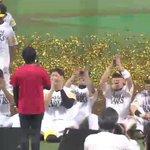 RT @PacificleagueTV: 藤井フミヤさんの熱唱を「特等席」で聞く選手たち。#sbhawks http://t.co/skVKUFWxy0