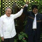 RT @Yusnaby: Tal parece una muestra de amistad, pero si se fijan bien, Raúl le está alzando la mano a Evo como una marioneta. ???? http://t.co/vyxPuzj49D