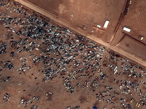 Satellite photo shows 100s of cars abandoned at Turkey border by refugees fleeing Kobani fighting. (via DigitalGlobe) http://t.co/IrizG7XbKl