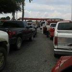 Una colita en la redoma para cargar combustible en la Venezuela potencia @trafficACARIGUA @acariguaaraure http://t.co/QnNnRv2NJZ