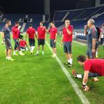 Jugadores y técnicos al final del entrenamiento en Oporto. http://t.co/jVztrMcMfY