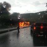 RT @trafficVARGAS: via @CRF2112: GANDOLA ardiendo entre los túneles sentido caracas. http://t.co/UH0mVwnuRe #PrioridadTránsito