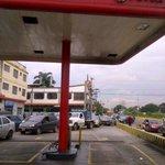 RT @saulmorales1: @eltaximetro 2:55 pm. La cola para equipar gasolina en la bomba PDV de Guacara dura 30 minutos. http://t.co/DV1GDOEKeC