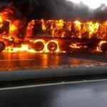 """@ubaldo0209: @traffiCARACAS @trafficMIRANDA gandola incendiada en la caracas la guaira precaución http://t.co/1bCk8XqDVU"""