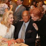 RT @SFGate: Breaking: Fashion designer Oscar de la Renta passes away at 82, according to reports. http://t.co/fEznMRuugT http://t.co/mZRsnB0VE9