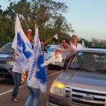 .@luislacallepou @jorgewlarranaga @alianzauy el equipo del @PNACIONAL en la caravana de Salto http://t.co/WN61cgcsEx