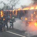 via @waterjetbambera: @trafficMIRANDA @trafficVARGAS Así apagaron la GANDOLA los Bomberos de #Vargas http://t.co/MMgKzZbMKj