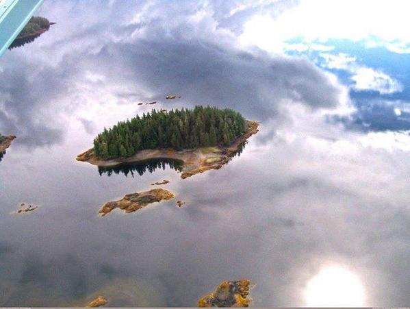 This island in Alaska looks like it's just floating in the air. http://t.co/rJLCY9Tiz6