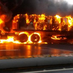 Gandola con 44 bobinas de papel prensa se incendió esta tarde vía La Guaira-Caracas #20oct. Vía .@andreina http://t.co/ihD0uVLVpi