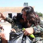 مقاتلات اكراد يتعانقون بعد قتال مكثف ضد داعش في منطقة كوباني .... v @SlemaniTimes #kobani #women #fighters http://t.co/M93gMgVNfe