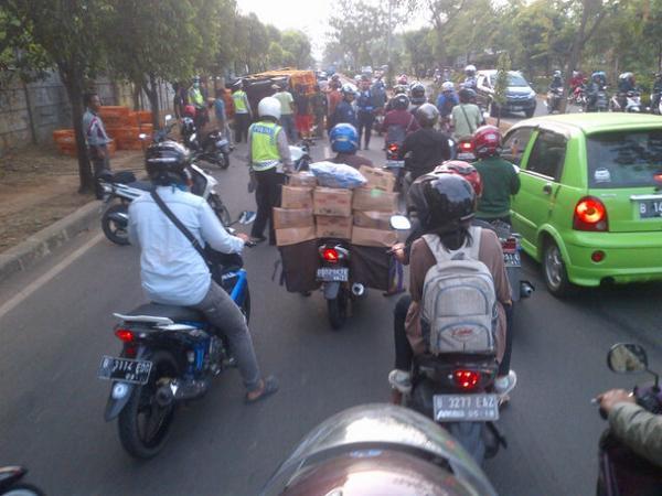 @infocimanggis 16:40 jalan juanda menuju depok macet. Ada truck pembawa ayam terguling http://t.co/WfZzSFqldR