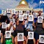 """RT @Eltiotonysoy: Protestan estudiantes de Harvard, MIT y Berklee por normalistas de #Ayotzinapa http://t.co/GSEqzRRPIG http://t.co/lSQWkwa2zn"""" // ¡JUSTICIA!"""