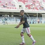 Adham El Idrissi brengt vlak voor de aftrap van Barcelona - #Ajax A1 een duif in veiligheid! #UYL http://t.co/Z4on6bfUdi