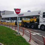 #Coruña - Un camión de Transporte Especial con avería ocupando un carril.Policía Local regalando el tráfico en AGrela http://t.co/rgrM0DsXAA