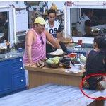Lorena disse que a Helô é porca porque põe a perna na mesa. Uma imagem vale mais que mil palavras #AFazenda http://t.co/n4hDCEjbHI