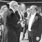RT @Todaunaamalgama: #TalDiaComoHoy en 1971, Pablo Neruda recibe el Premio Nobel de Literatura. http://t.co/c2VbJQaGqo