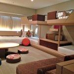 前にUSJに行った時泊まったホテルユニバーサルポートのお部屋。 なんと6人泊まれます。 土日は高いみたいだけど、平日行ったら朝食付きで1人1泊6000円だった。 http://t.co/I9VO2NG3iV