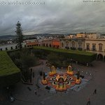RT @AbiArredondo: #Querétaro Excelente imagen de Plaza de Armas donde ya luce el tradicional Altar de Muertos. http://t.co/J4XVIA7xua