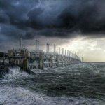 RT @maartenpieters: Noordwester storm. Oosterscheldedam gesloten. Hollands Glorie. Prachtige foto van Carlo Bakker. #storm http://t.co/9vw6nA9YMZ