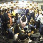 "Olha aí, @Gilson_Perlla_X: vamos ganhar! ""@AecioNeves: Aécio está em Goiânia.#AecioPeloBR45IL http://t.co/jN95oYAx4K"""